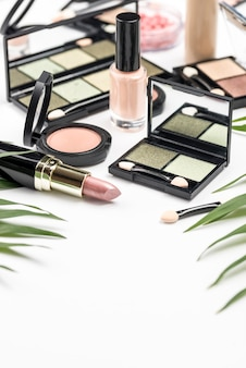 Arrangement de cosmétiques différents à angle élevé