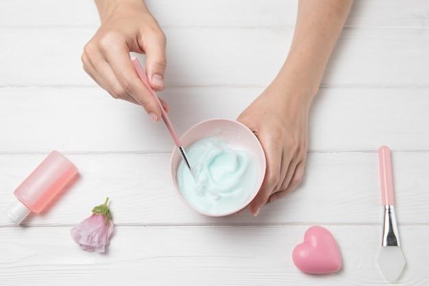 Arrangement de cosmétiques mains plat poser sur un fond en bois blanc