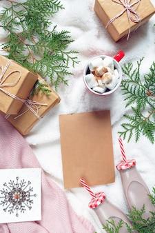 Arrangement cosy festif de noël et du nouvel an, une tasse de cacao, de chocolat et de guimauve