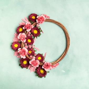 Arrangement de couronne florale mignon avec espace de copie