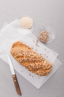 Arrangement de couteau et de pain vue de dessus