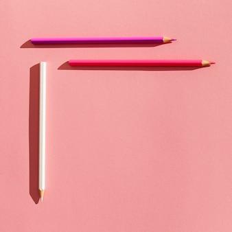 Arrangement de crayons colorés à plat