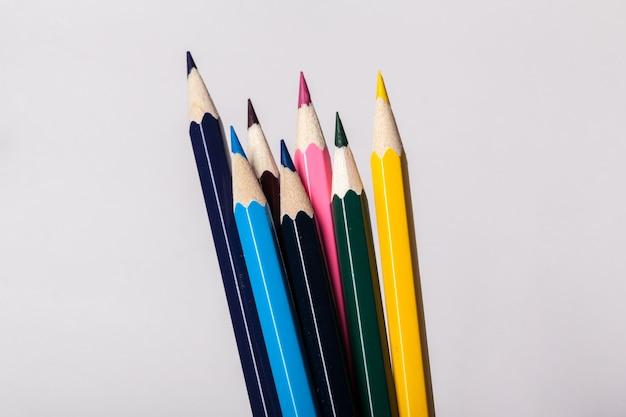 Arrangement de crayons colorés se bouchent