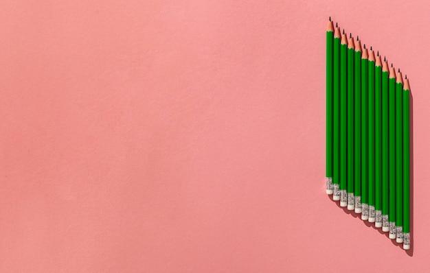 Arrangement de crayons avec copie-espace