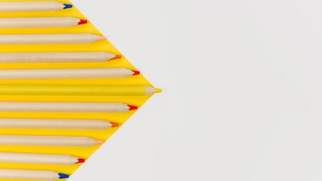 Arrangement de crayons sur fond blanc