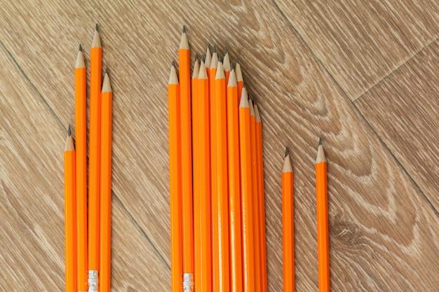Arrangement de crayons orange