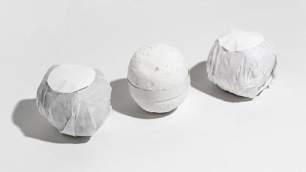 Arrangement créatif à angle élevé de bombes de bain emballées