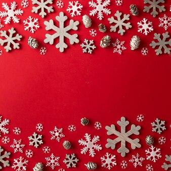 Arrangement créatif de décoration de noël sur mur rouge. concept de vacances. mise à plat.