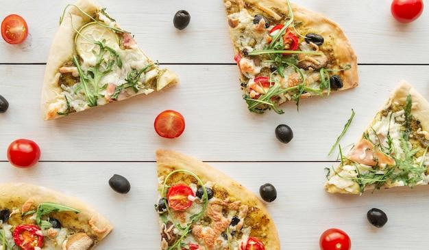 Arrangement créatif avec une délicieuse pizza