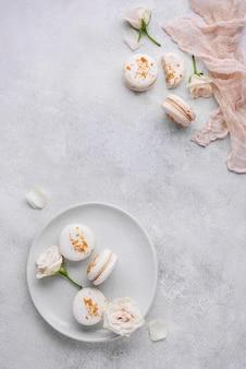 Arrangement créatif de délicieux macarons