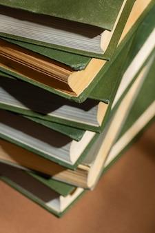 Arrangement créatif de différents livres