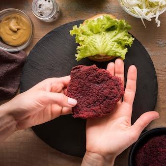 Arrangement créatif de hamburger en préparation