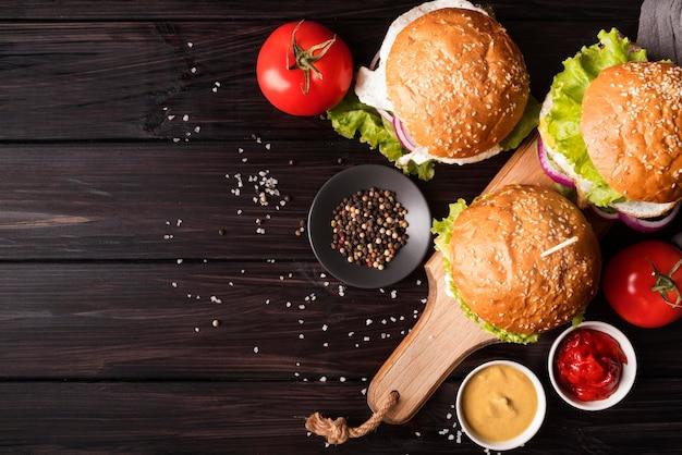 Arrangement créatif avec hamburgers et espace copie