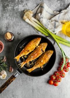 Arrangement créatif de poisson cuit