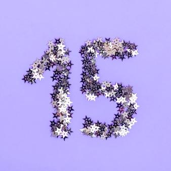 Arrangement créatif pour une fête de quinceañera avec des étoiles d'argent