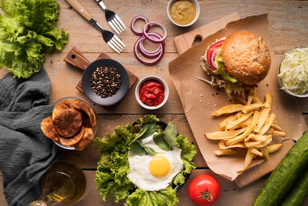 Arrangement créatif vue de dessus avec menu hamburger