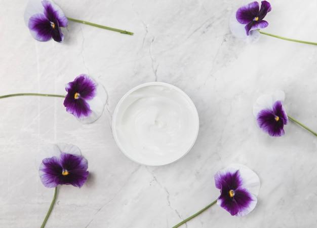 Arrangement de crème pour le corps sur fond de marbre