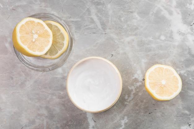 Arrangement de crème pour le corps plat sur fond de marbre