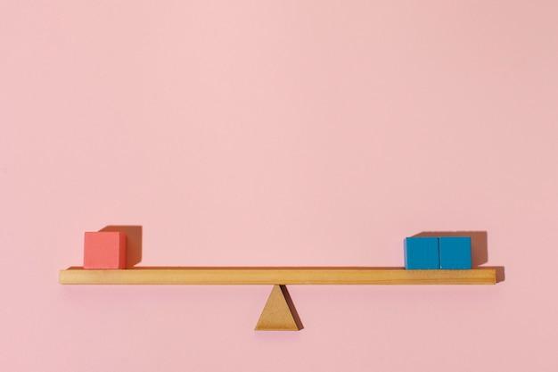 Arrangement avec des cubes en bois