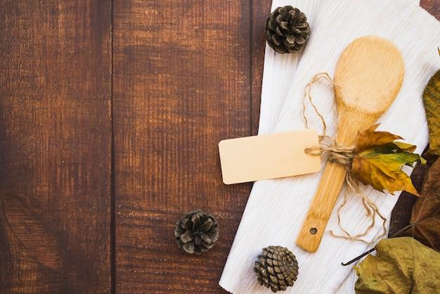 Arrangement avec cuillère en bois et pommes de pin