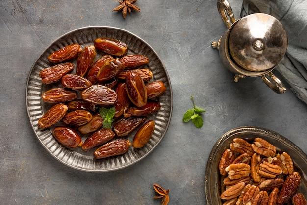Arrangement de dates et de noix à plat