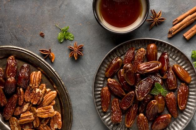 Arrangement de dates à plat et de noix