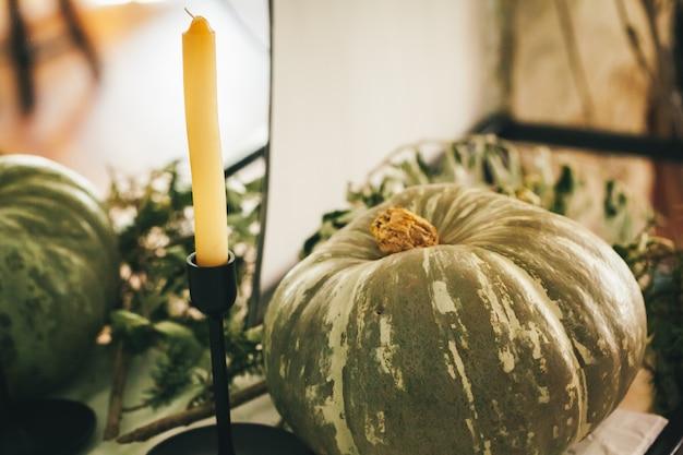 Arrangement de décor d'automne rustique avec des citrouilles se bouchent