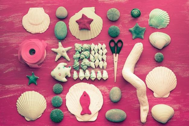 Arrangement décoratif de coquillages et de pierres.