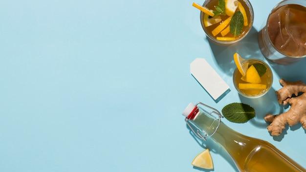Arrangement avec une délicieuse boisson kombucha