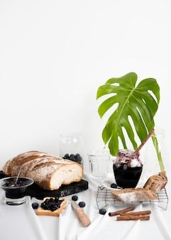 Arrangement avec une délicieuse confiture et du pain