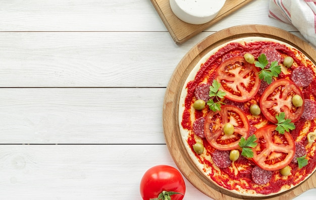 Arrangement avec une délicieuse pizza traditionnelle