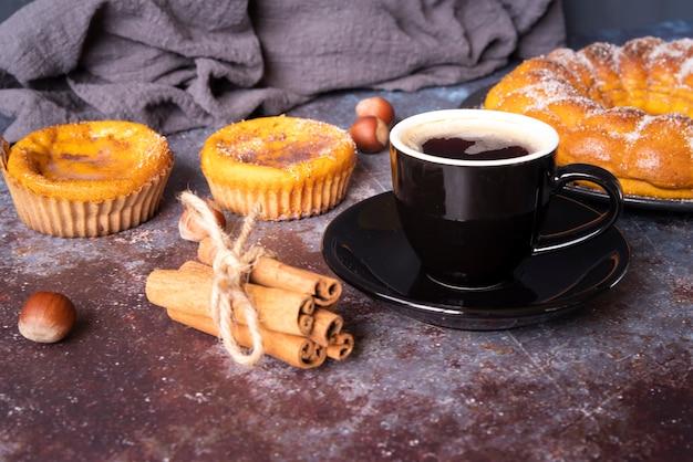 Arrangement avec une délicieuse tarte et une tasse de café