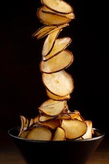 Arrangement de délicieuses chips de manioc