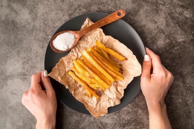 Arrangement de délicieuses frites de pommes de terre en plaque