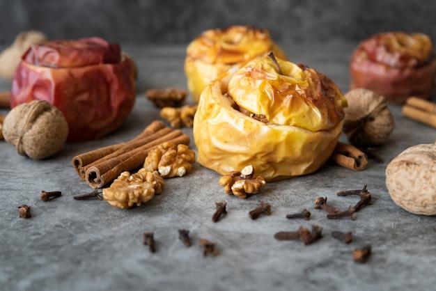 Arrangement avec de délicieuses pommes cuites et des noix