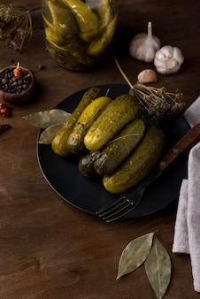 Arrangement avec de délicieux cornichons sur plaque