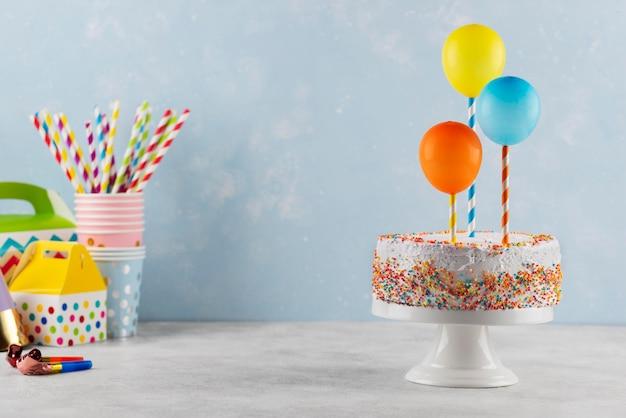 Arrangement délicieux de gâteau et de ballons
