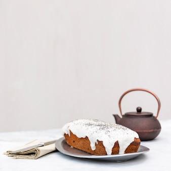Arrangement avec un délicieux gâteau et une théière