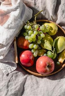Arrangement de délicieux goodies de pique-nique sur une couverture