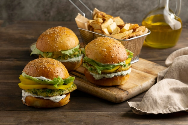 Arrangement avec un délicieux hamburger végétalien