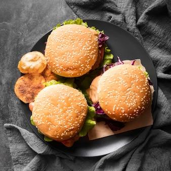Arrangement avec de délicieux hamburgers