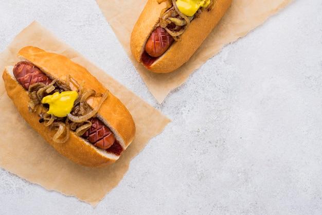 Arrangement de délicieux hot-dogs à plat