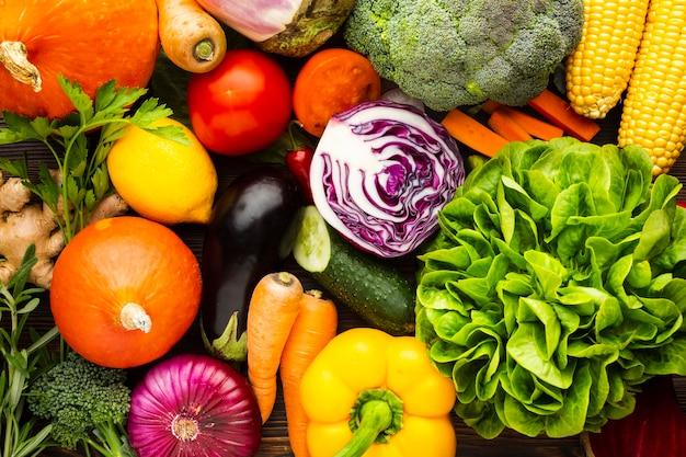 Arrangement de délicieux légumes colorés