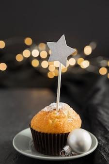 Arrangement avec un délicieux muffin et une étoile