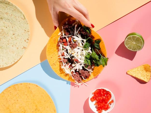 Arrangement de délicieux pain à tacos et ingrédients