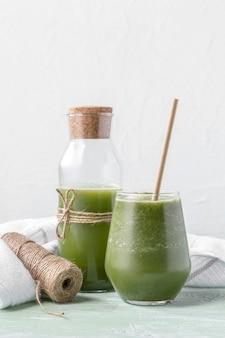 Arrangement avec délicieux smoothie vert