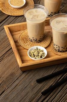 Arrangement avec un délicieux thé thaï traditionnel