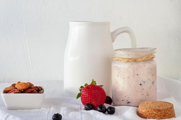 Arrangement avec un délicieux yaourt