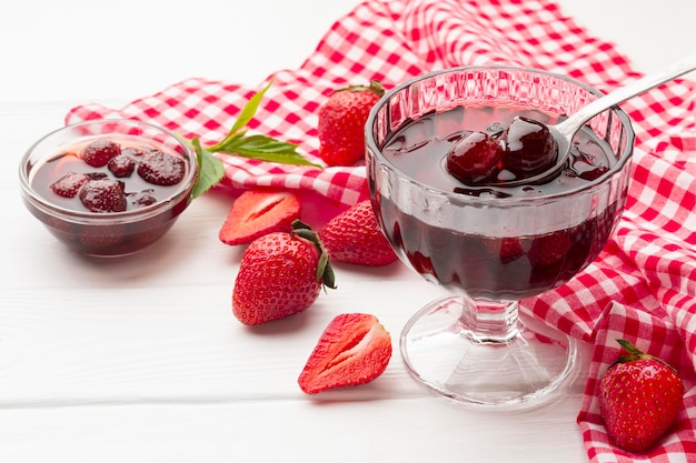 Arrangement avec dessert en verre