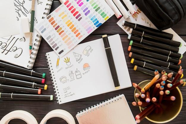 Arrangement avec dessin et marqueurs